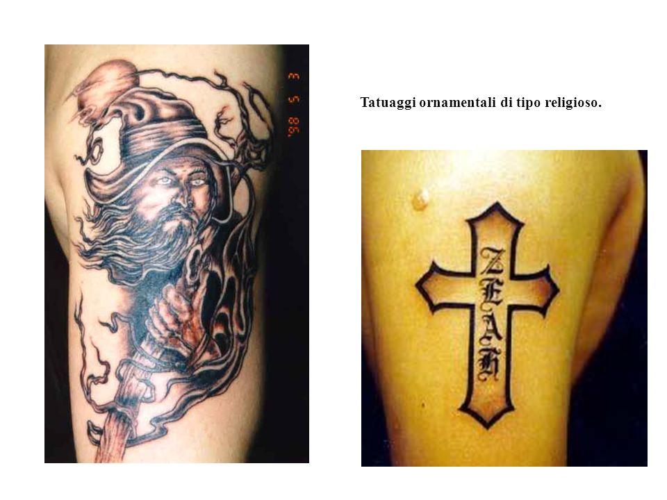 Tatuaggi ornamentali di tipo religioso.