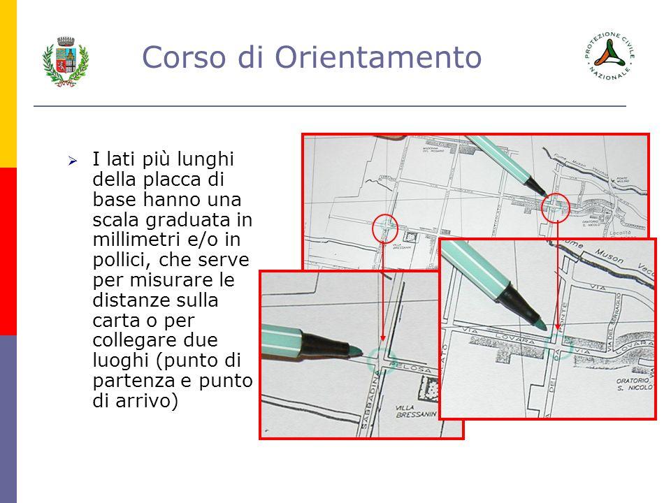 I lati più lunghi della placca di base hanno una scala graduata in millimetri e/o in pollici, che serve per misurare le distanze sulla carta o per collegare due luoghi (punto di partenza e punto di arrivo)
