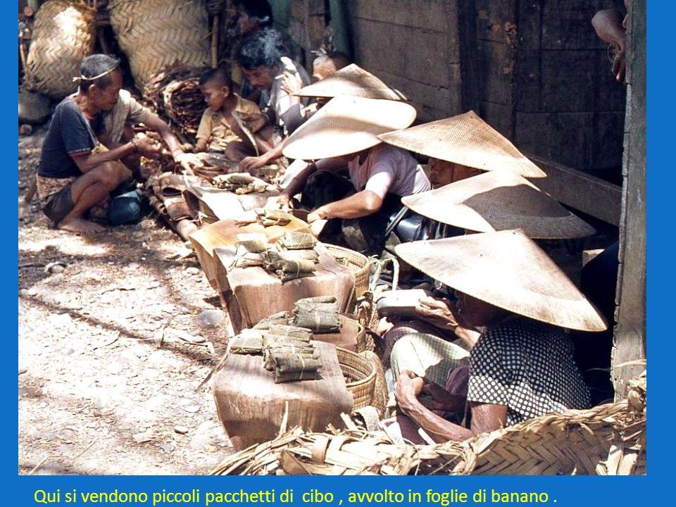 Qui si vendono piccoli pacchetti di cibo , avvolto in foglie di banano .