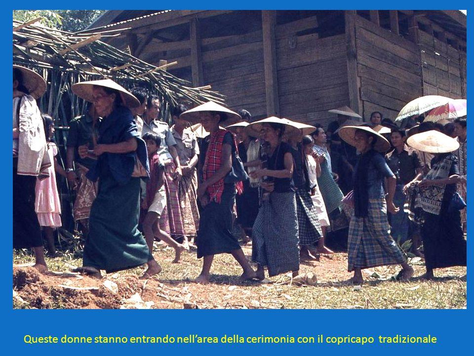Queste donne stanno entrando nell'area della cerimonia con il copricapo tradizionale