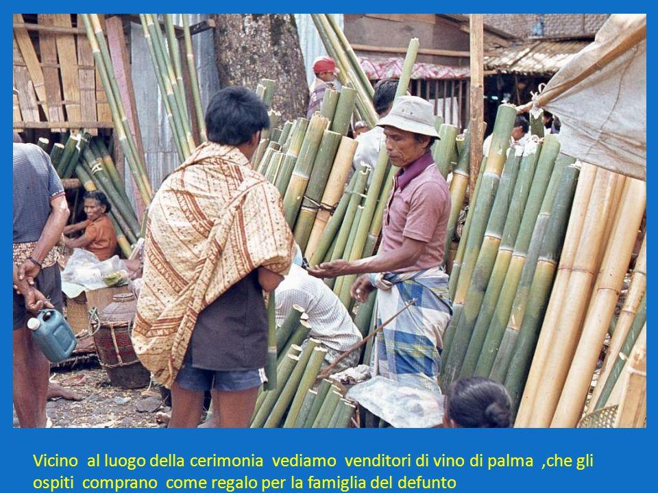 Vicino al luogo della cerimonia vediamo venditori di vino di palma ,che gli ospiti comprano come regalo per la famiglia del defunto