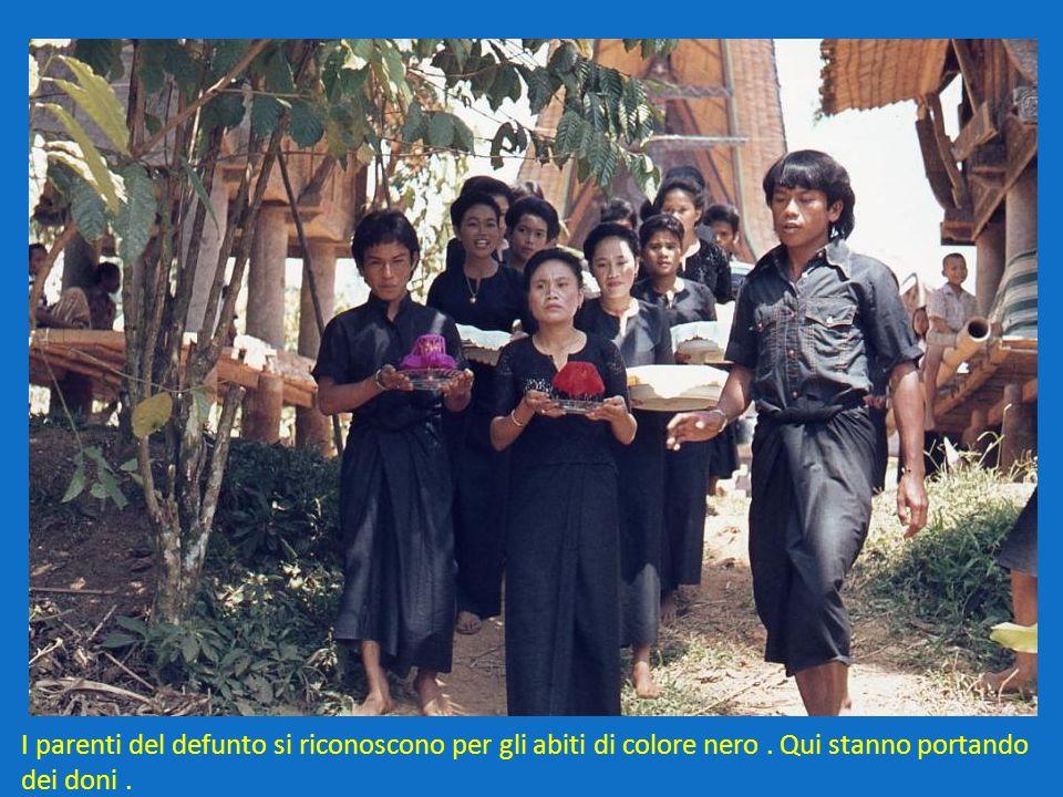 I parenti del defunto si riconoscono per gli abiti di colore nero