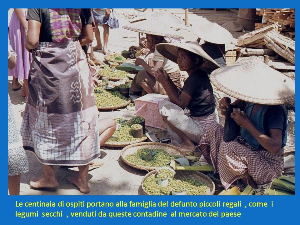 Le centinaia di ospiti portano alla famiglia del defunto piccoli regali , come i legumi secchi , venduti da queste contadine al mercato del paese
