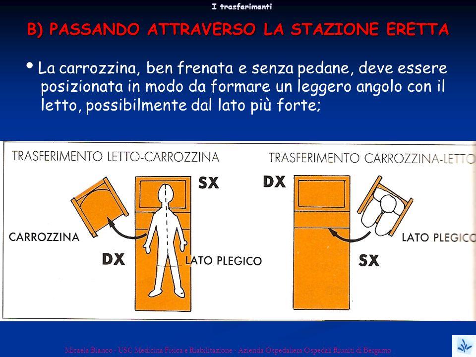 B) PASSANDO ATTRAVERSO LA STAZIONE ERETTA