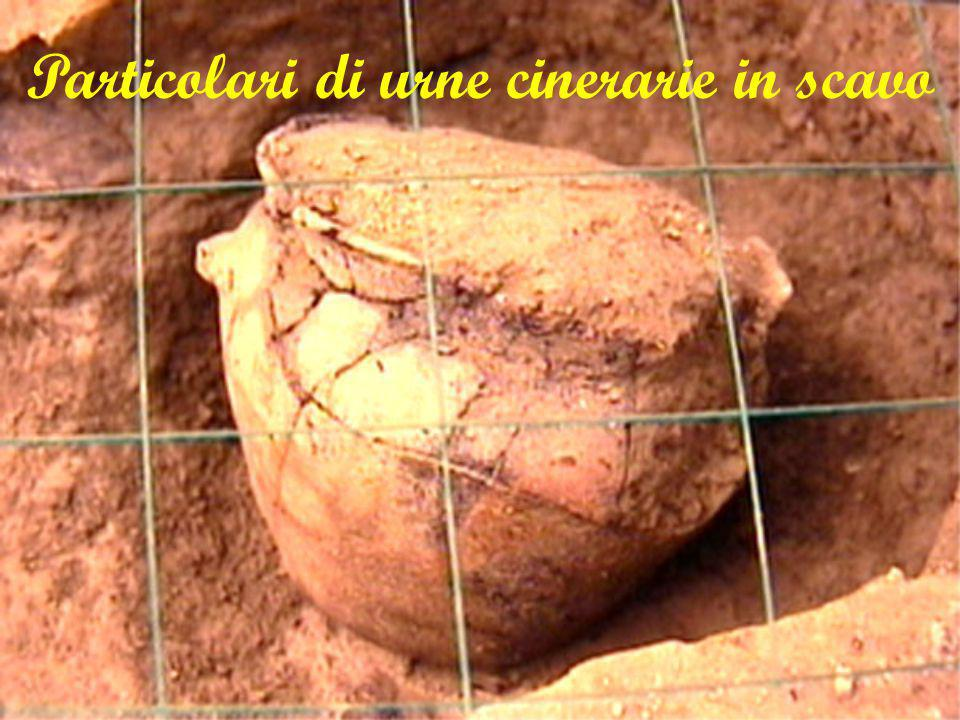 Particolari di urne cinerarie in scavo