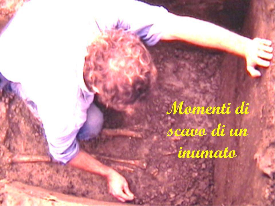 Momenti di scavo di un inumato
