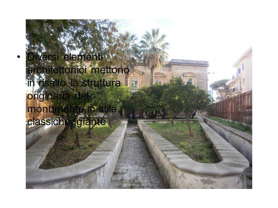 Diversi elementi architettonici mettono in risalto la struttura originaria del monumento in stile classicheggiante