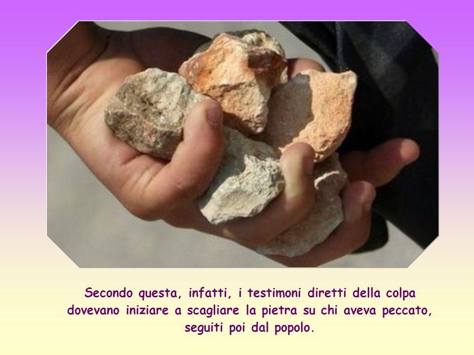 Secondo questa, infatti, i testimoni diretti della colpa dovevano iniziare a scagliare la pietra su chi aveva peccato, seguiti poi dal popolo.