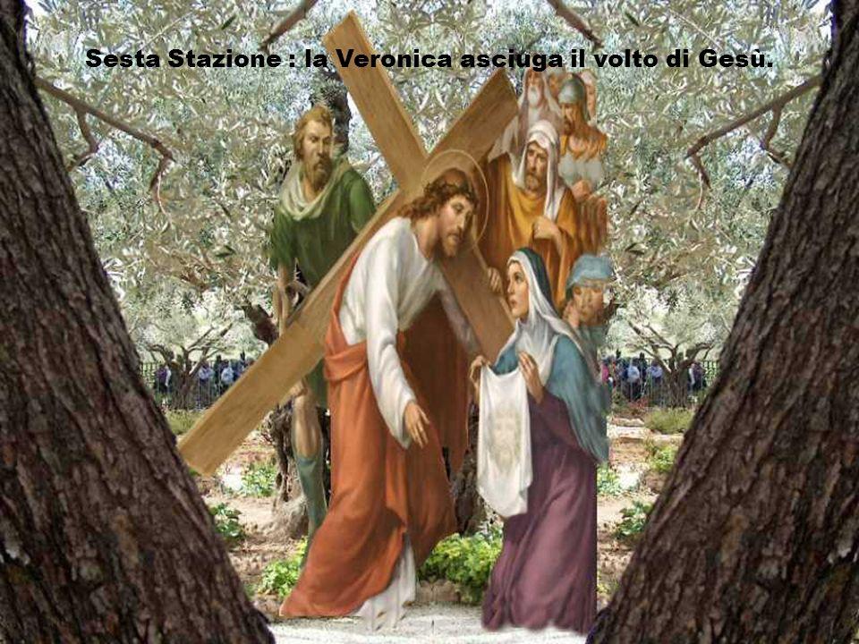 Sesta Stazione : la Veronica asciuga il volto di Gesù.