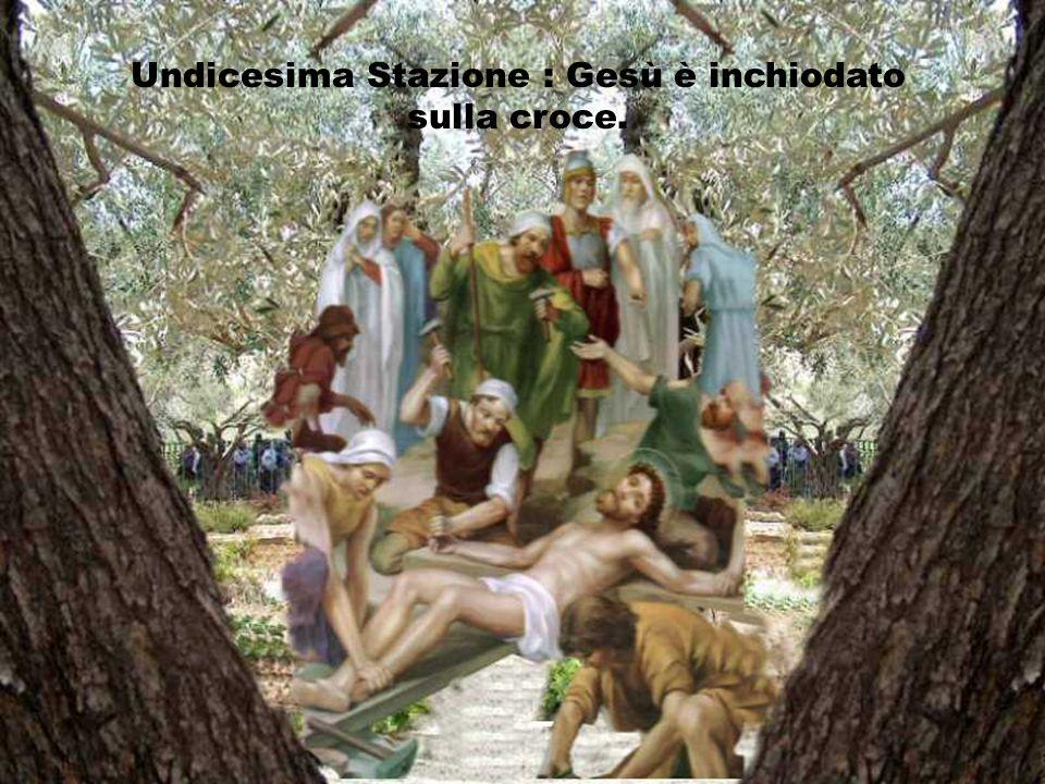 Undicesima Stazione : Gesù è inchiodato sulla croce.