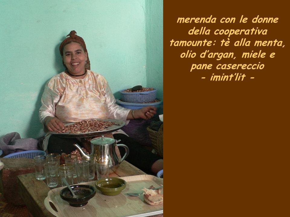 merenda con le donne della cooperativa tamounte: tè alla menta, olio d'argan, miele e pane casereccio