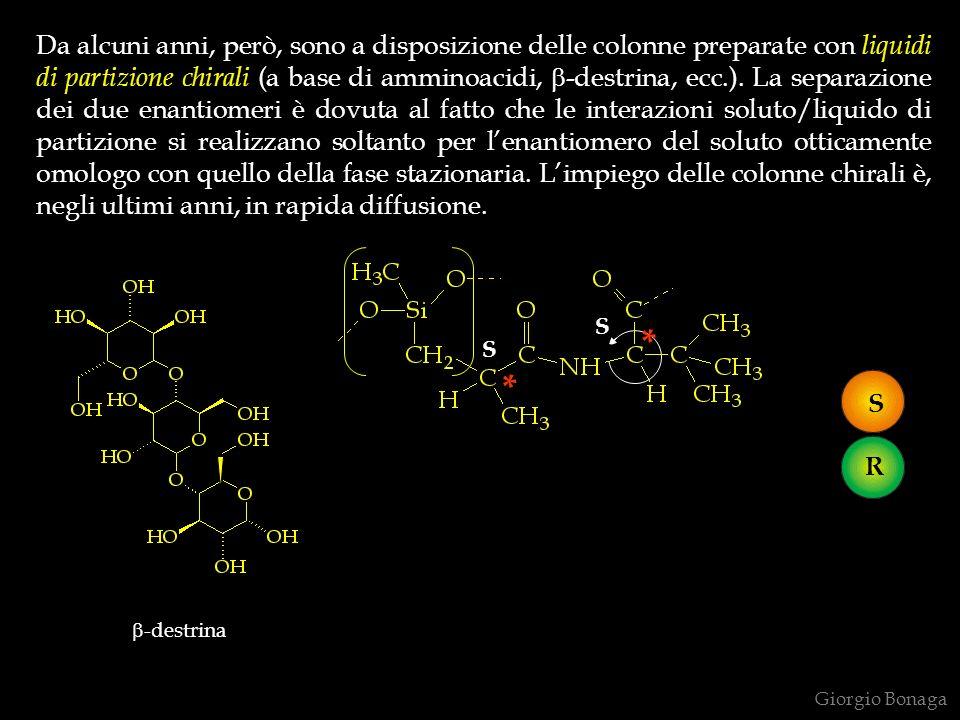 Da alcuni anni, però, sono a disposizione delle colonne preparate con liquidi di partizione chirali (a base di amminoacidi, b-destrina, ecc.). La separazione dei due enantiomeri è dovuta al fatto che le interazioni soluto/liquido di partizione si realizzano soltanto per l'enantiomero del soluto otticamente omologo con quello della fase stazionaria. L'impiego delle colonne chirali è, negli ultimi anni, in rapida diffusione.