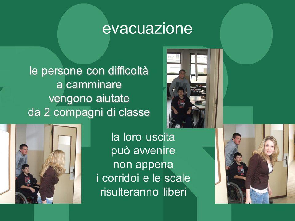 evacuazionele persone con difficoltà a camminare vengono aiutate da 2 compagni di classe la loro uscita.