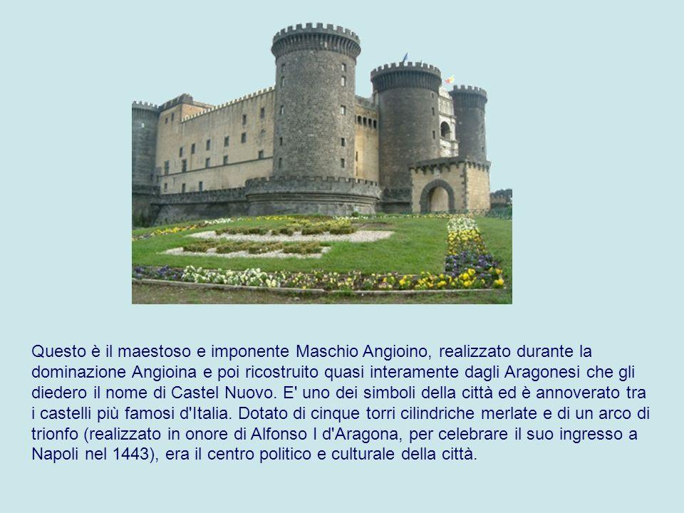 Questo è il maestoso e imponente Maschio Angioino, realizzato durante la dominazione Angioina e poi ricostruito quasi interamente dagli Aragonesi che gli diedero il nome di Castel Nuovo.
