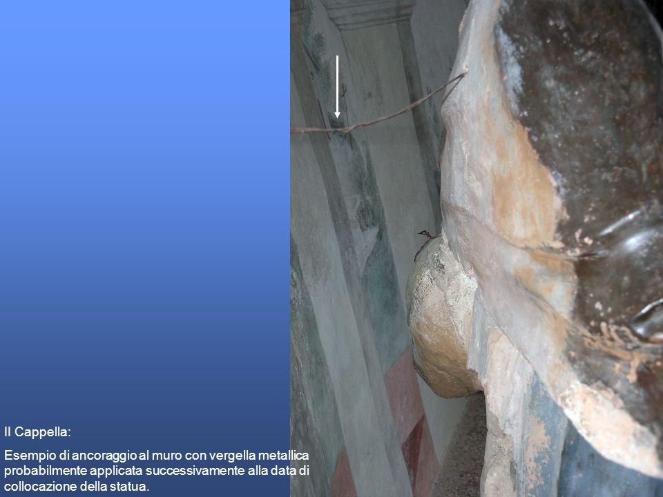 II Cappella: Esempio di ancoraggio al muro con vergella metallica probabilmente applicata successivamente alla data di collocazione della statua.