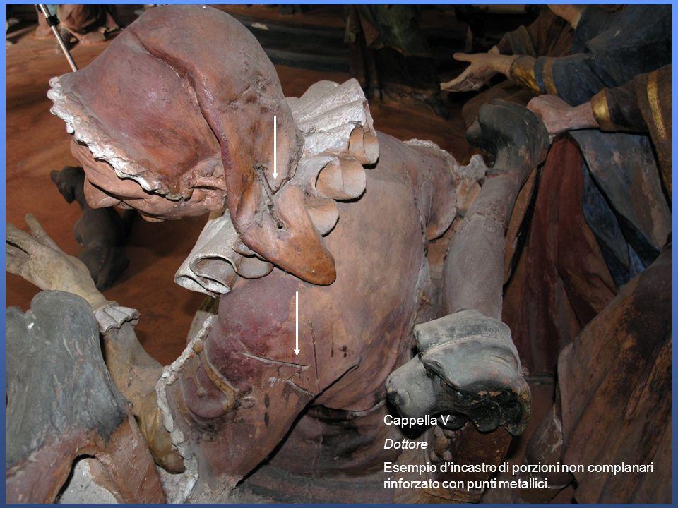 Cappella V Dottore Esempio d'incastro di porzioni non complanari rinforzato con punti metallici.