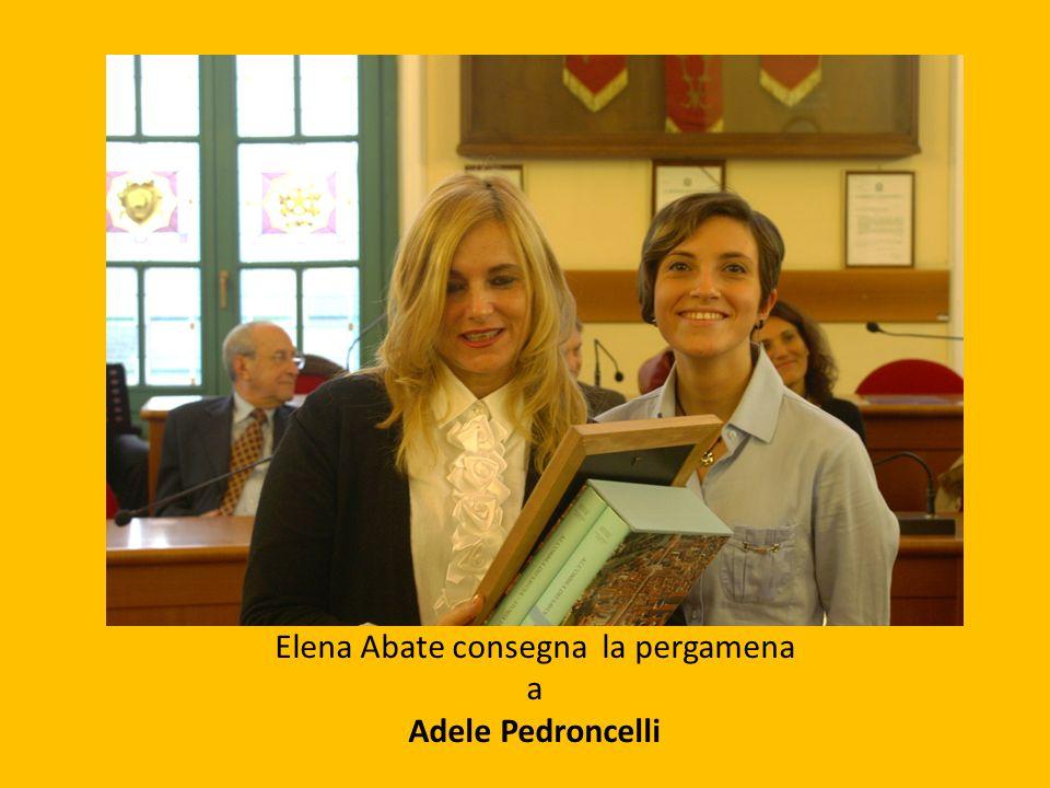 Elena Abate consegna la pergamena