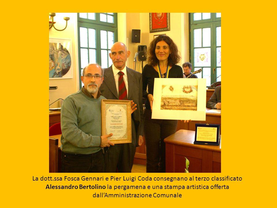 La dott.ssa Fosca Gennari e Pier Luigi Coda consegnano al terzo classificato Alessandro Bertolino la pergamena e una stampa artistica offerta dall'Amministrazione Comunale