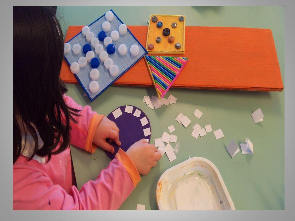 Scegliamo i materiali che ci serviranno per questo « quadro»: Tappi di plastica, cannucce colorate, bottoni, carta, cartone….