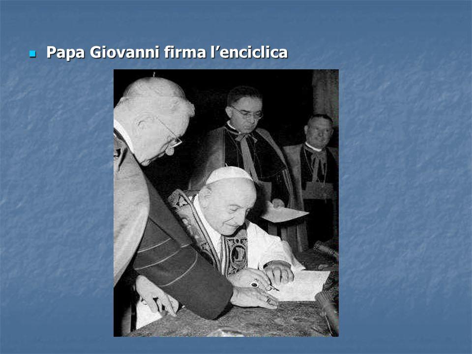 Papa Giovanni firma l'enciclica