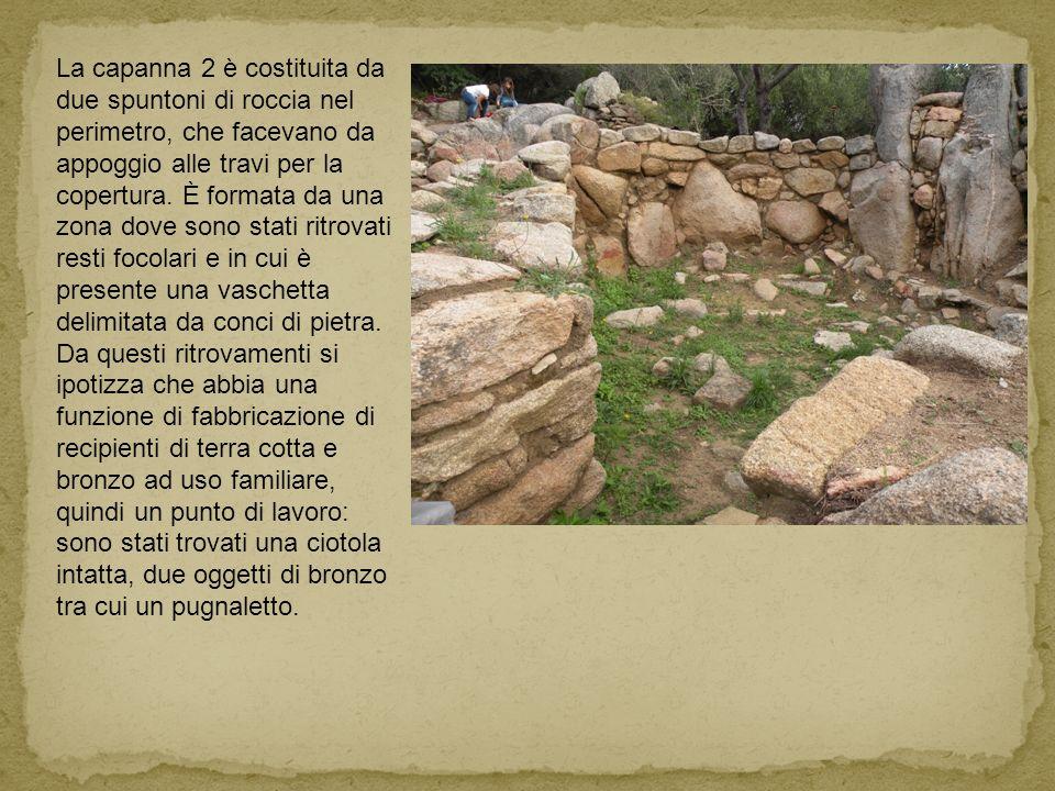 La capanna 2 è costituita da due spuntoni di roccia nel perimetro, che facevano da appoggio alle travi per la copertura. È formata da una zona dove sono stati ritrovati resti focolari e in cui è presente una vaschetta delimitata da conci di pietra.