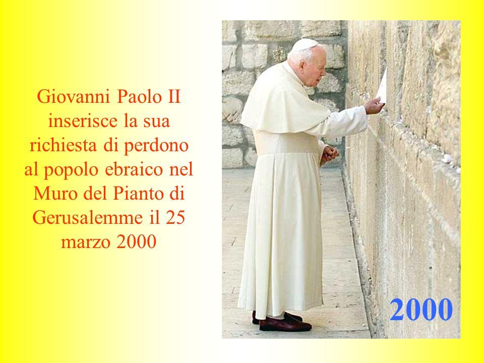 Giovanni Paolo II inserisce la sua richiesta di perdono al popolo ebraico nel Muro del Pianto di Gerusalemme il 25 marzo 2000