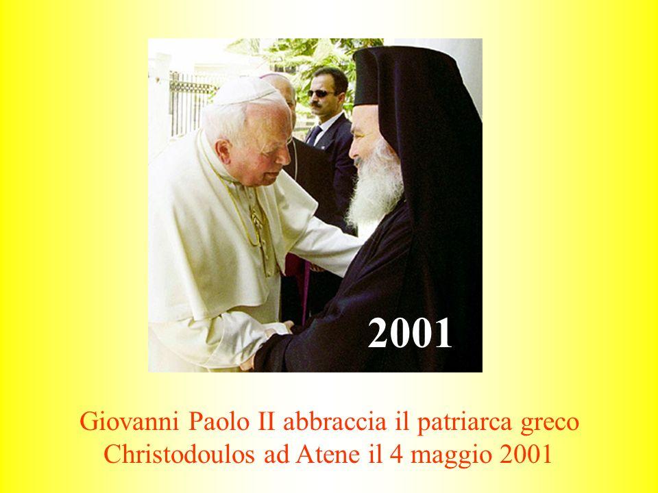 2001 Giovanni Paolo II abbraccia il patriarca greco Christodoulos ad Atene il 4 maggio 2001