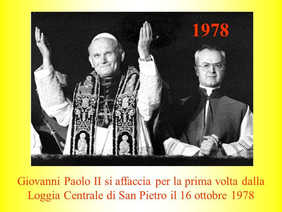 1978 Giovanni Paolo II si affaccia per la prima volta dalla Loggia Centrale di San Pietro il 16 ottobre 1978.