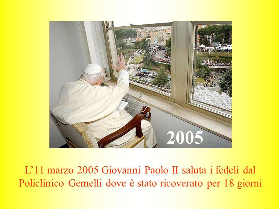 2005 L'11 marzo 2005 Giovanni Paolo II saluta i fedeli dal Policlinico Gemelli dove è stato ricoverato per 18 giorni.
