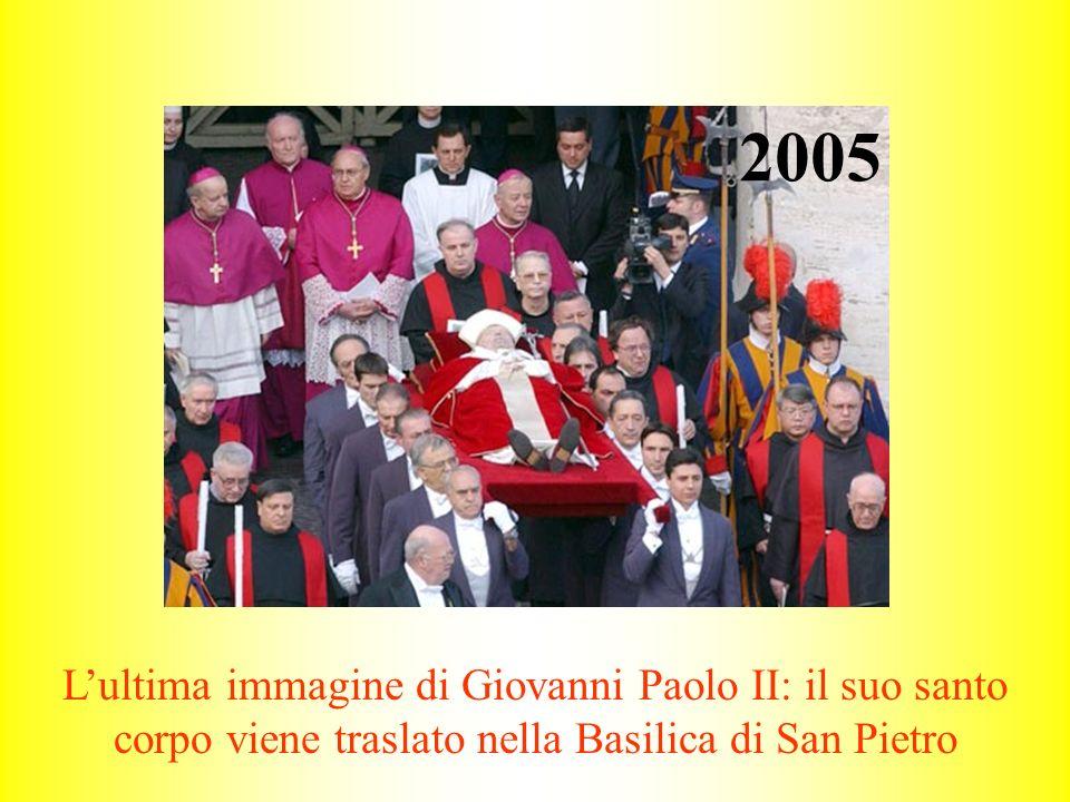 2005 L'ultima immagine di Giovanni Paolo II: il suo santo corpo viene traslato nella Basilica di San Pietro.
