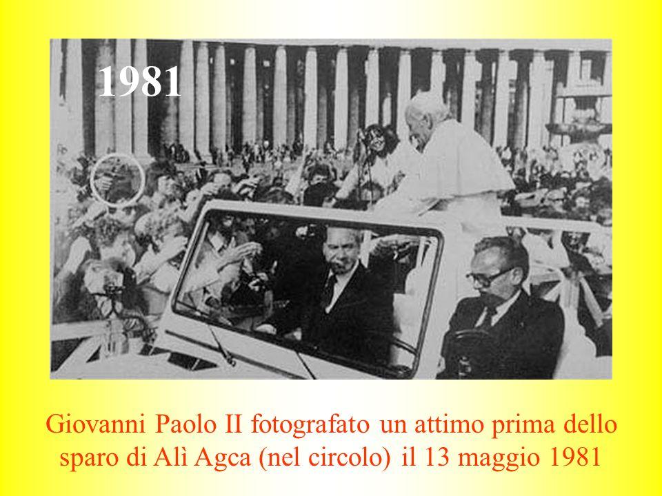 1981 Giovanni Paolo II fotografato un attimo prima dello sparo di Alì Agca (nel circolo) il 13 maggio 1981.