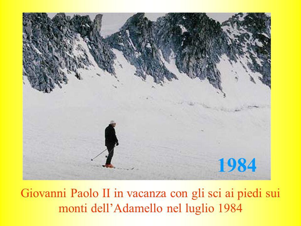 1984 Giovanni Paolo II in vacanza con gli sci ai piedi sui monti dell'Adamello nel luglio 1984