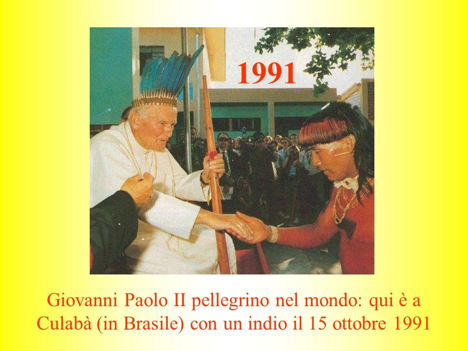 1991 Giovanni Paolo II pellegrino nel mondo: qui è a Culabà (in Brasile) con un indio il 15 ottobre 1991.