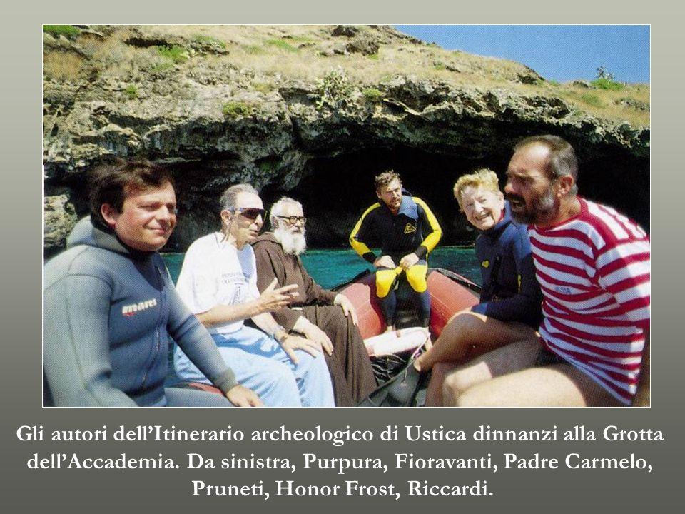 Gli autori dell'Itinerario archeologico di Ustica dinnanzi alla Grotta