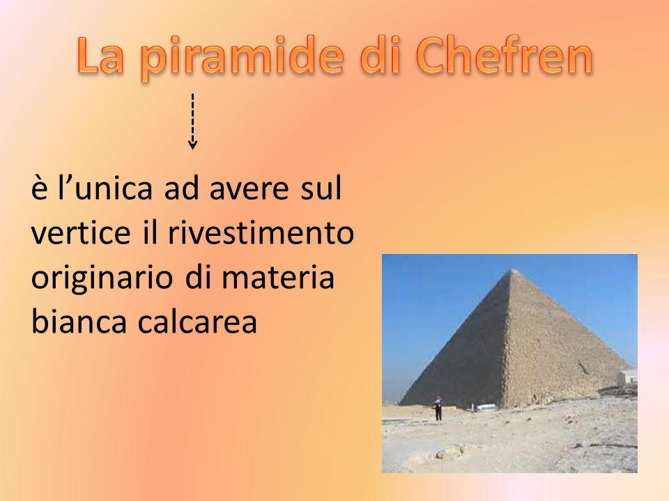 La piramide di Chefren è l'unica ad avere sul vertice il rivestimento originario di materia bianca calcarea.