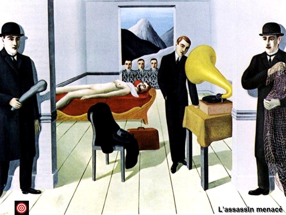 L'assassin menacé 1927 olio su tela ; 150,4 x 195,2 New York, The Museum of Modern ArtHa scritto Arturo Schwarz: Per Magritte il mistero era lo strumento più idoneo per distruggere le abitudini visive e la logica dei luoghi comuni . Per raggiungere il giusto scopo affidato alle sue immagini, infatti, Magritte ambiva a disorientare e sviare lo spettatore, conducendolo a scoprire la poesia interna, l'invisibile del visibile, e il mistero assoluto delle cose. L'idea del mistero concretizzato in visione era stata alimentata, oltre che dalla pittura di De Chirico, che fu un modello per Magritte, anche dalla propria cultura personale, fatta dalle letture colte dei filosofi ma anche da quelle dei fumetti e dei romanzi popolari, d'orrore o gialli. Un personaggio che egli amò molto fu Fantomas, l'eroe del crimine, le cui avventure avevano ispirato anche i film di Louis Feuillade, il cineasta prediletto di Magritte. Una delle scene della pellicola cinematografica di Fantomas del 1913, fu la fonte di ispirazione di questo dipinto che evoca un'atmosfera enigmatica e metafisica, dove, in un'insolita dimensione narrativa, si attende un evento che dovrà accadere tra breve. L'assassino che ha appena compiuto il suo gesto criminoso sul corpo nudo della donna, che giace senza vita sul letto, risulta indifferente alle evidenti minacce della realtà, così, mentre osserva tranquillamente il grammofono, gira la schiena alle tre teste che lo spiano senza vedere neppure chi è già pronto a colpirlo o a catturarlo.