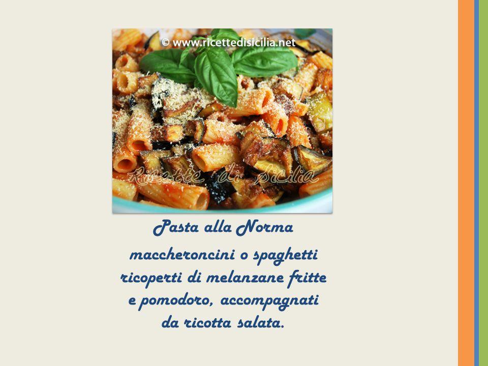 Pasta alla Norma maccheroncini o spaghetti ricoperti di melanzane fritte e pomodoro, accompagnati da ricotta salata.