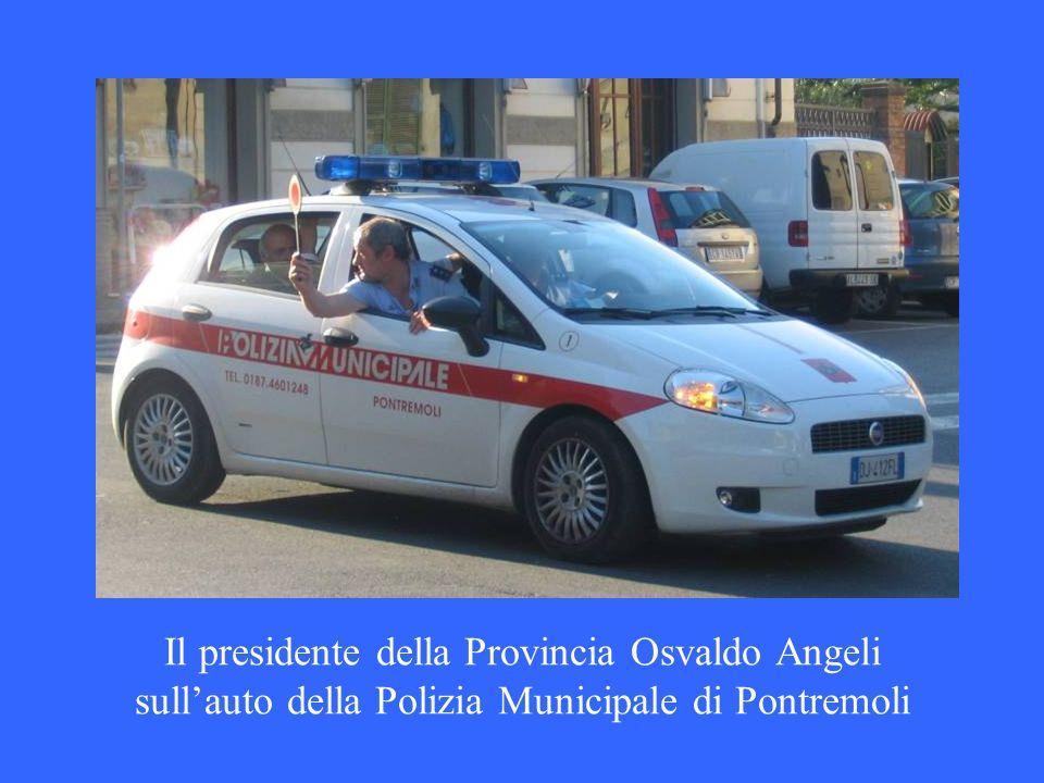 Il presidente della Provincia Osvaldo Angeli sull'auto della Polizia Municipale di Pontremoli