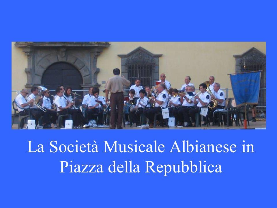 La Società Musicale Albianese in Piazza della Repubblica