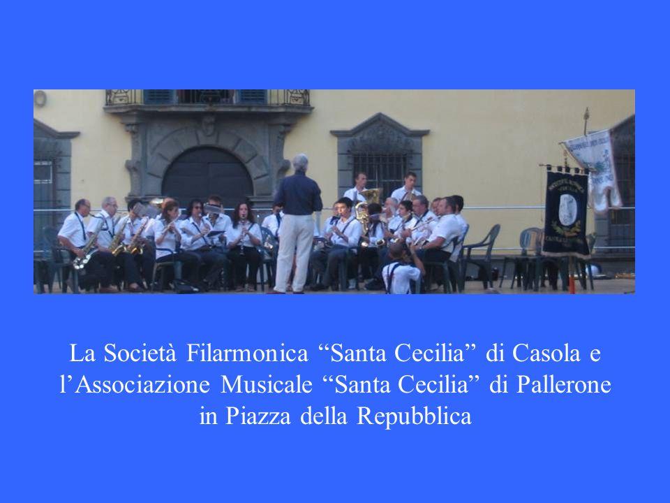La Società Filarmonica Santa Cecilia di Casola e l'Associazione Musicale Santa Cecilia di Pallerone in Piazza della Repubblica
