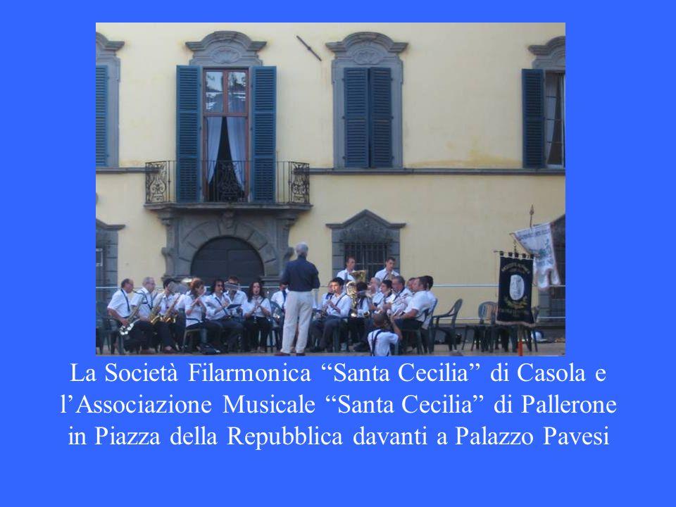 La Società Filarmonica Santa Cecilia di Casola e l'Associazione Musicale Santa Cecilia di Pallerone in Piazza della Repubblica davanti a Palazzo Pavesi