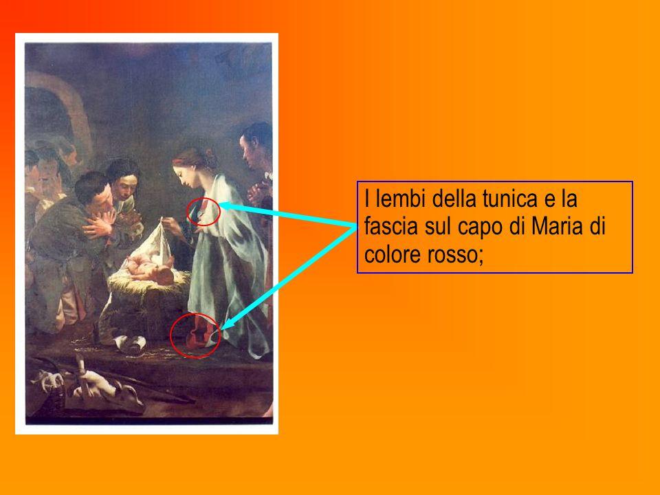 I lembi della tunica e la fascia sul capo di Maria di colore rosso;