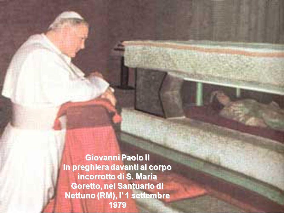 Giovanni Paolo II in preghiera davanti al corpo incorrotto di S.