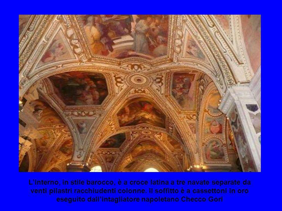 L'interno, in stile barocco, è a croce latina a tre navate separate da venti pilastri racchiudenti colonne.