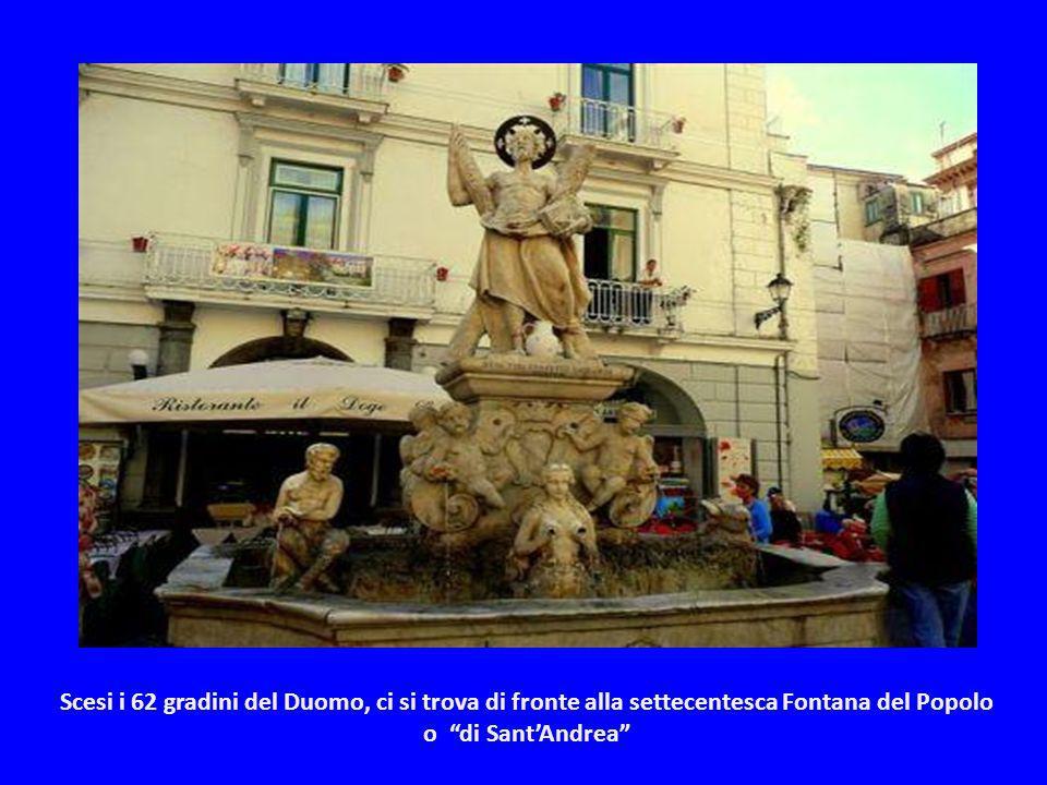 Scesi i 62 gradini del Duomo, ci si trova di fronte alla settecentesca Fontana del Popolo o di Sant'Andrea
