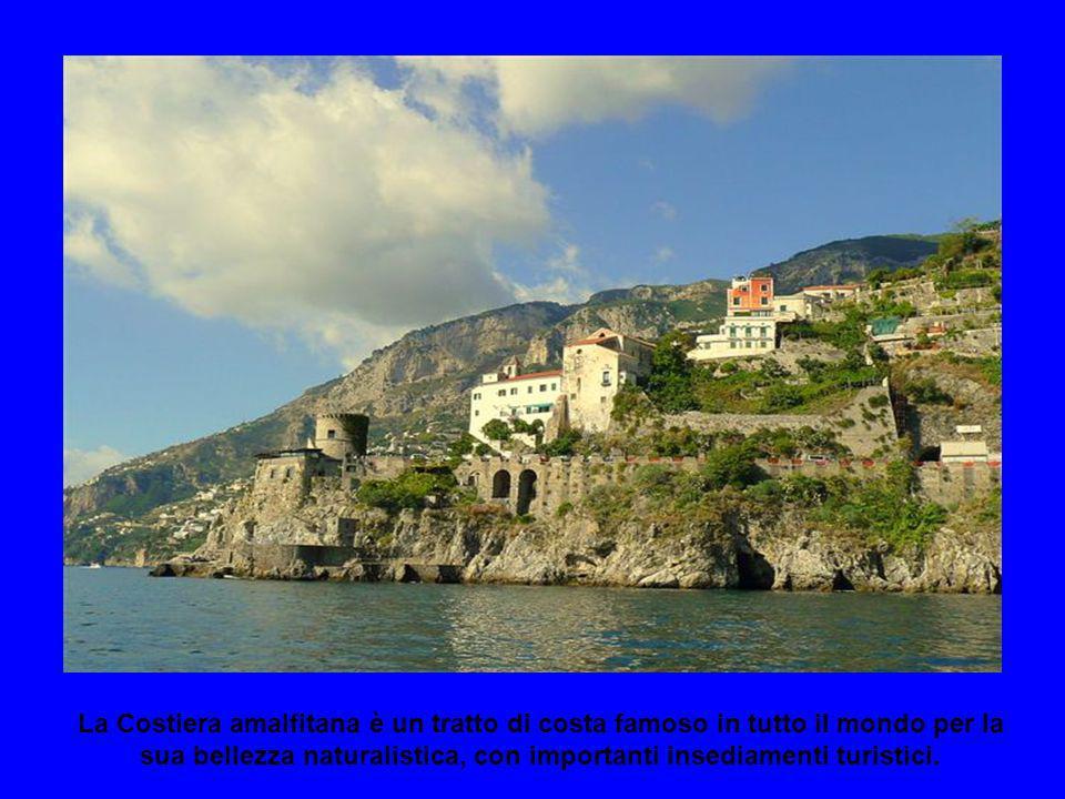 La Costiera amalfitana è un tratto di costa famoso in tutto il mondo per la sua bellezza naturalistica, con importanti insediamenti turistici.