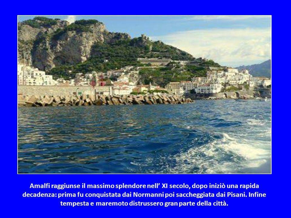 Amalfi raggiunse il massimo splendore nell' XI secolo, dopo iniziò una rapida decadenza: prima fu conquistata dai Normanni poi saccheggiata dai Pisani.