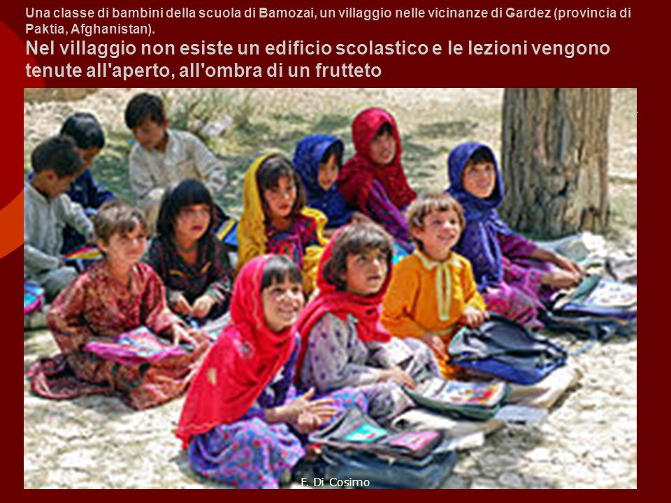 Una classe di bambini della scuola di Bamozai, un villaggio nelle vicinanze di Gardez (provincia di Paktia, Afghanistan). Nel villaggio non esiste un edificio scolastico e le lezioni vengono tenute all aperto, all ombra di un frutteto