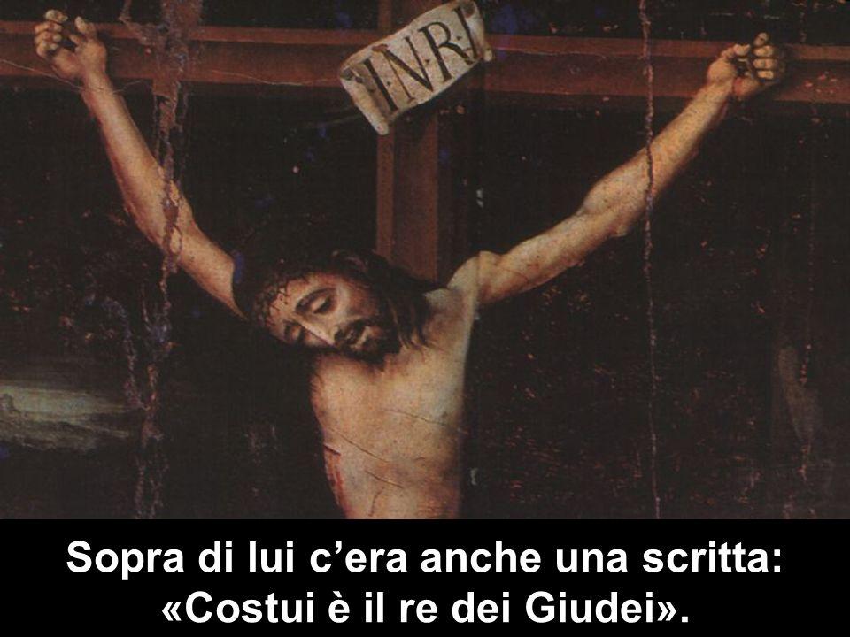 Sopra di lui c'era anche una scritta: «Costui è il re dei Giudei».