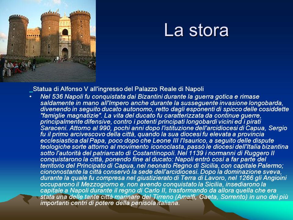 La stora Statua di Alfonso V all ingresso del Palazzo Reale di Napoli